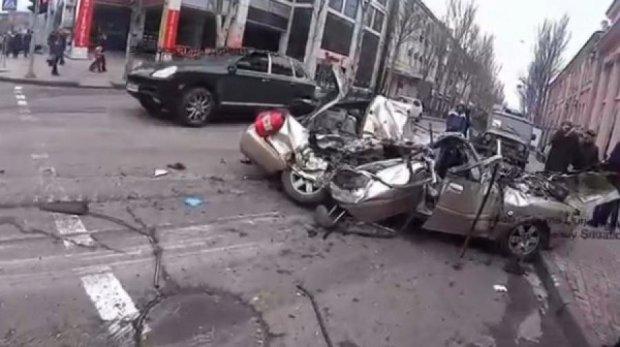 """Боевики """"ДНР"""" на танке переехали автомобиль с гражданскими"""