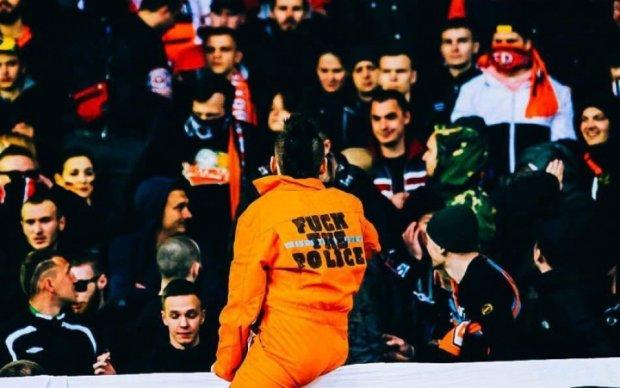 Фанаты устроили драку и кидались файерами на матче Динамо с Шахтером
