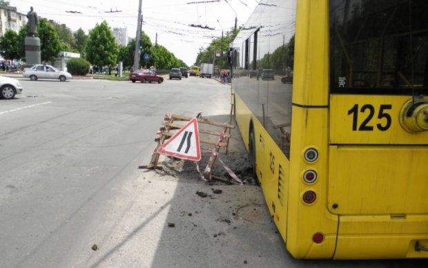 Возле Верховной Рады автобус провалился под асфальт