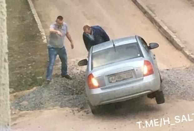 """В Харькове машина угодила в """"капкан"""", оставленный коммунальщиками Кернеса"""