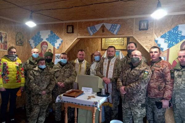 Тернопольские священники с молитвами и варениками поехали на Донбасс: казаки ждут в окопах