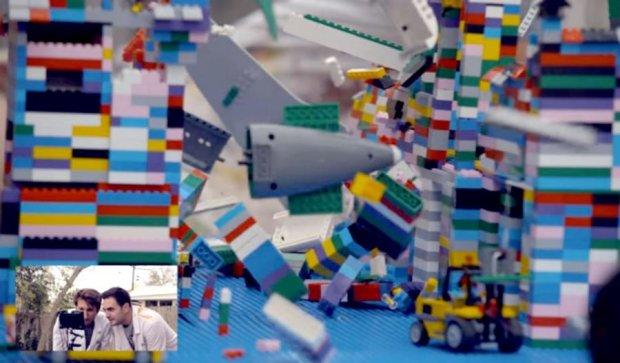 """Відеоблогери засняли """"крах"""" літака з Lego (ВІДЕО)"""