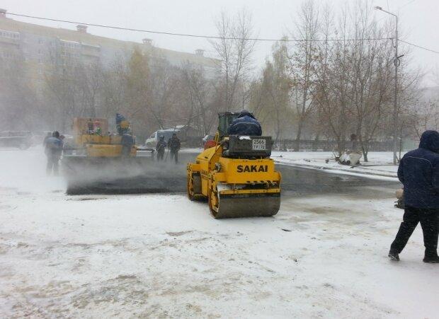 """Асфальт сойдет вместе со снегом - украинцев повеселила любимая """"забава"""" коммунальщиков, фото"""