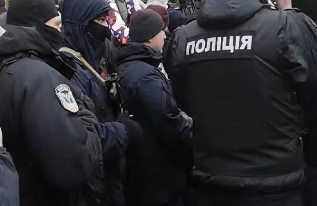 По Харькову разгуливает псих с пушкой - обстрелял машину и сбежал, оставляя гильзы