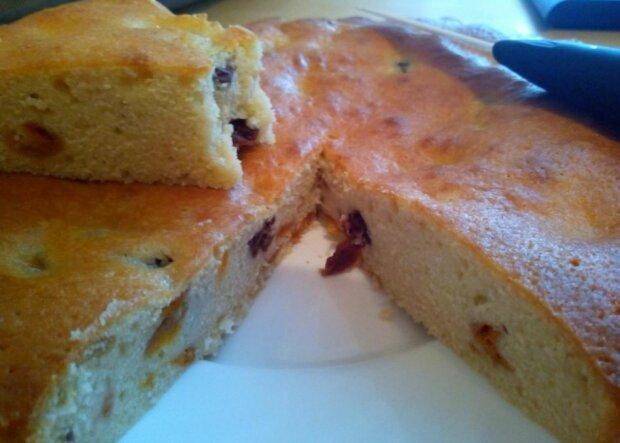 Сезонная выпечка для тех, кто устал есть просто фрукты: легкий йогуртовый пирог с абрикосами и черникой