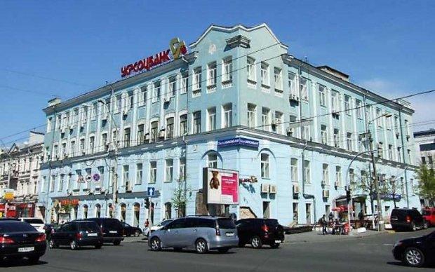 Серйозне ДТП з постраждалими у Києві: Toyota прилетіла в припарковані авто