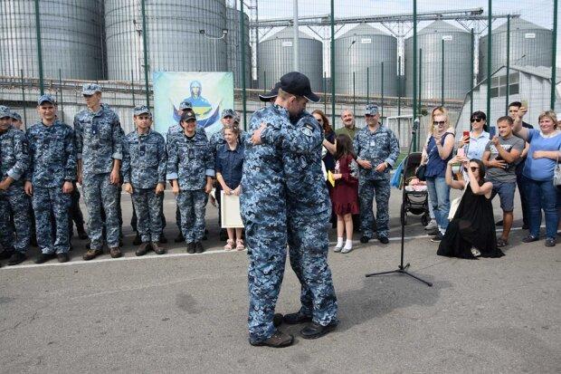 Освобожденные из плена Путина моряки вернулись в Одессу: как встречали героев, яркие фото