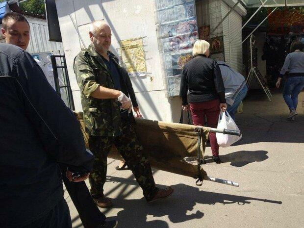 В Запорожье мужчина решил прикупить молодой картошки и умер посреди рынка - покупатели разбежались в панике