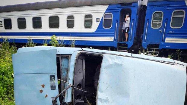 """На Прикарпатті потяг зніс самовпевненого """"шумахера"""" на автомобілі — думав проскочити"""