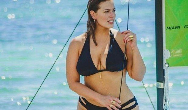 Ешлі Грем потрусила принадами біля басейну
