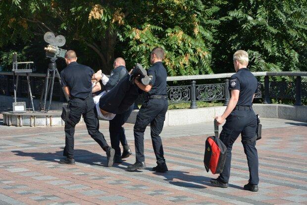 Скрутили і віднесли в парк: дивне затримання під Верховною Радою в перший день роботи
