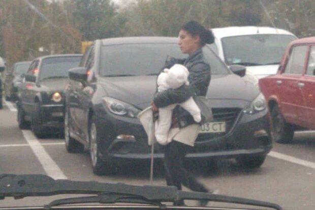 """У Запоріжжі помітили горе-матір """"жебрака"""", фото: соціальні мережі"""