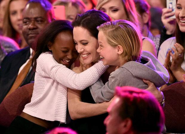Анджелина Джоли с дочками, фото GettyImages
