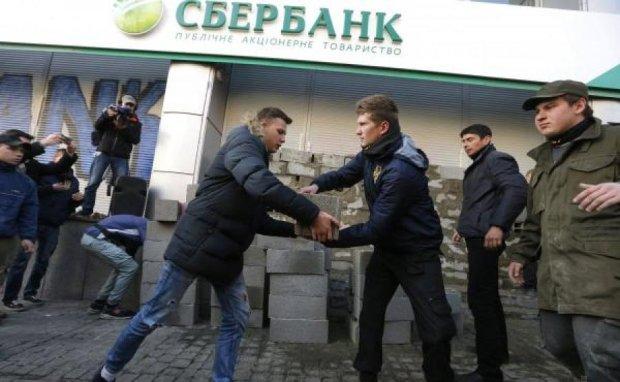 """Теперь в Краматорске: """"Азовцы"""" замуровали очередное отделение Сбербанка"""