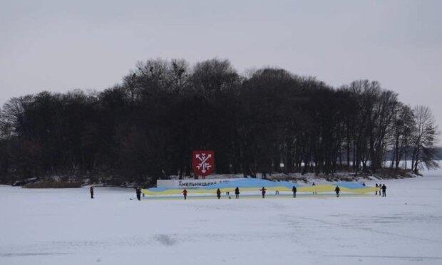 """Хмельничани розгорнули гігантський прапор України на льоду: """"З Днем Соборності, рідненька!"""""""