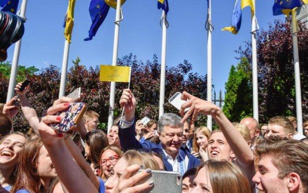 Безвиз для Порошенко: как использует национальную эйфорию президент