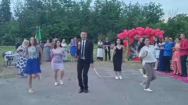 Директор сельской школы на Полтавщине станцевал на выпускном: видео собрало почти миллион просмотров
