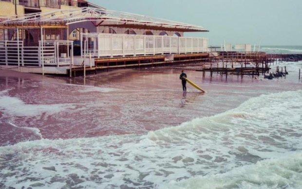 Підліток захотів охолодитись у морі, проте невідомі чудовиська мали свій план: відео 18+