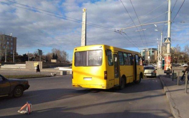 Суровые киевляне сами починили маршрутку и поехали дальше: фото