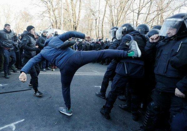 Двоє загиблих: в мережі з'явилися фотографії силового розгону протестуючих під Верховною Радою