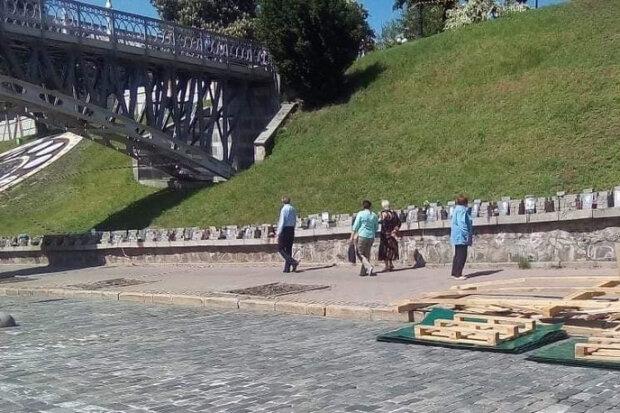 В Киеве подонок помочился на памятник Небесной сотни