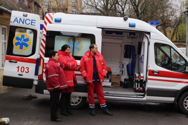 В Киеве Fiat с ребенком в салоне влетел в иномарку: авто перевернулось, врачи делают все возможное