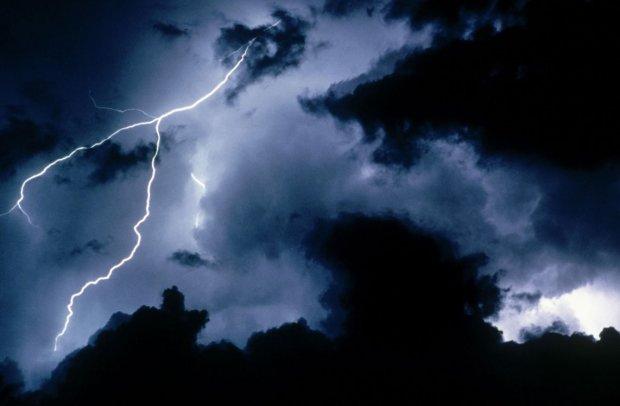 """Это еще что такое? Загадочный НЛО """"переплюнул"""" гром и молнию, жуткие кадры"""