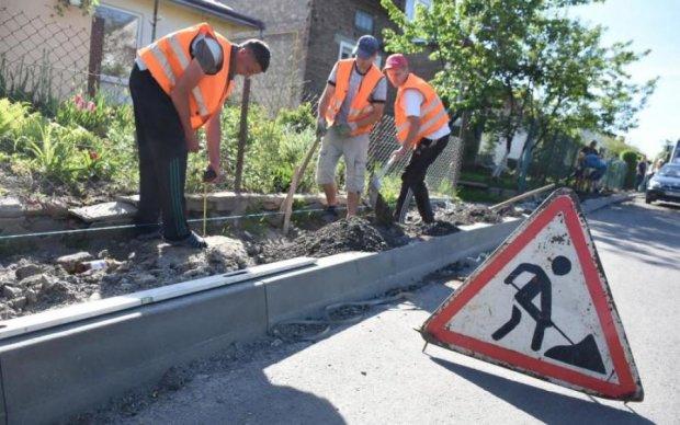 Только во Львове: ремонт дороги смыло канализацией
