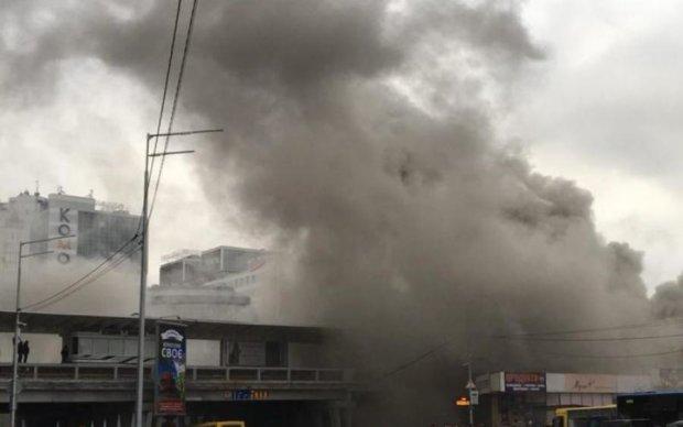 Вогняне пекло біля метро Лівобережна: кияни діляться моторошними фото і відео
