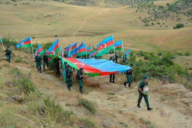 Шествие армии Азербайджана с флагом в сторону Нагорного Карабаха