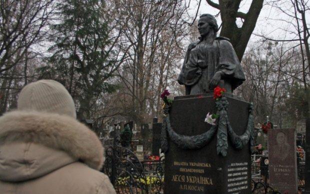 Вандалы обнесли могилу культовой поэтессы Леси Украинки