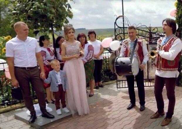 На Тернопольщине смягчение карантина отметили грандиозной свадьбой - без масок, с рюмками под народную музыку