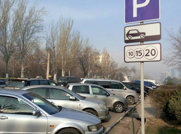"""""""Парковки майбутнього"""": ноу-хау в Дніпрі розсмішило місто, момент потрапив на камеру"""