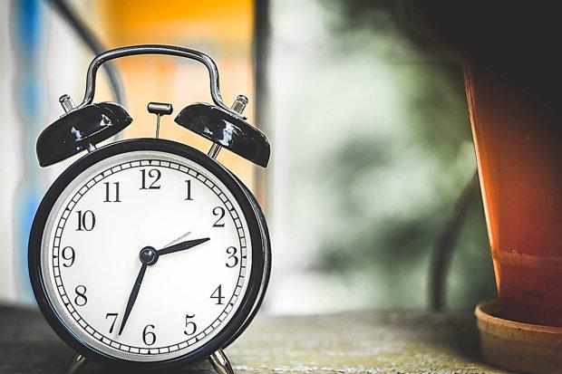 Украина переходит на летнее время: когда и куда переводить стрелки часов