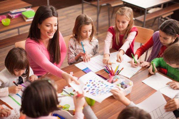 Преподавательница с детьми