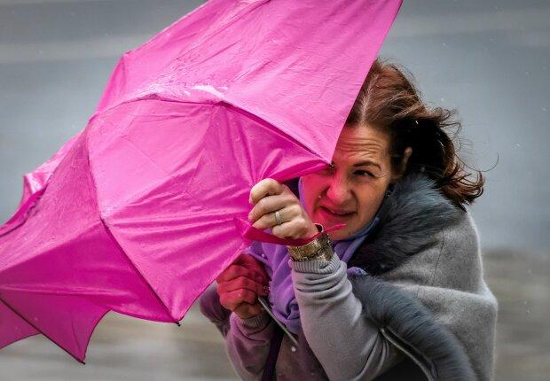 Погода на завтра: украинцы вступят в неравный бой со стихией, дождить будет не по-детски