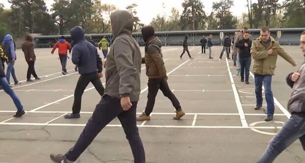 Юних франківчан масово гребуть до армії, закінчив школу - взувай берці