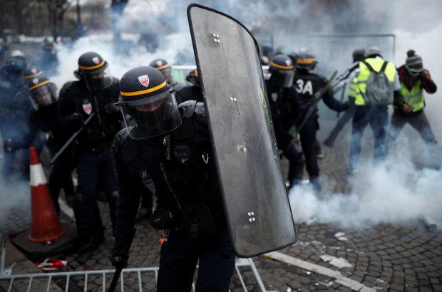 У столиці стрілянина, протестувальники зводять барикади, поліція на вухах, насувається щось страшне