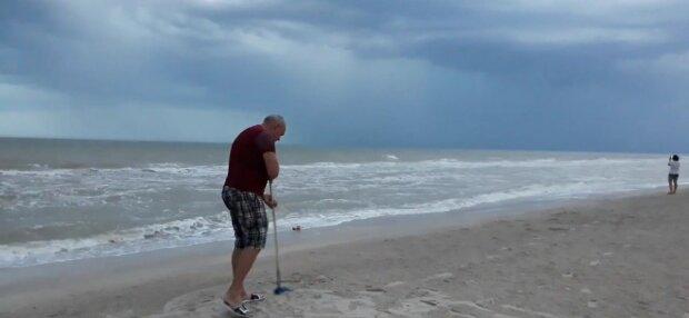 """Мертві медузи покрили узбережжя Бердянська смердючим """"килимом"""" - не пляж, а кладовище"""