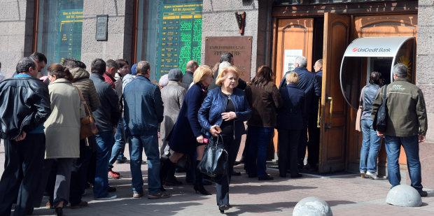 В Украине массово закрывают отделения самых популярных банков: клиенты в панике