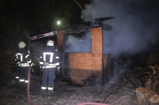 Троєщина у вогні: у Києві палає спальний район, рятувальники і медики підняті за тривогою