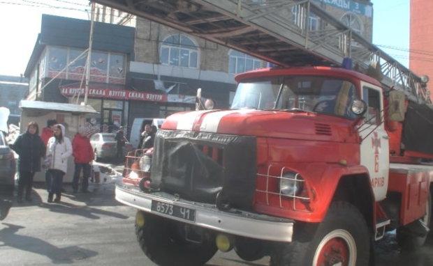 У Харкові спалахнув магазин смерті: від трун та вінків лишився попіл