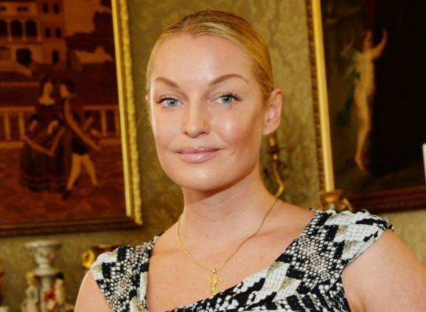 Волочкова приперлась на школьную линейку в халате и с ведром, фанаты визжат в панике