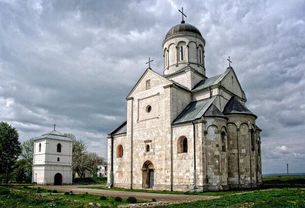"""У церкві на Прикарпатті знайшли останки дітей: """"Раніше так робили..."""""""