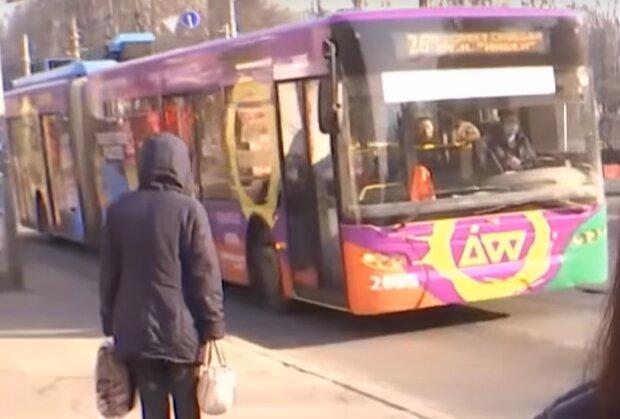 """Водій тролейбуса зглянувся над замерзлими киянами і поплатився - """"Здали з потрохами"""""""