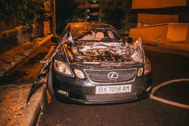 У Києві злетів у повітря Lexus: потужний вибух підняв на вуха все місто, ось так і паркуйся під вікнами