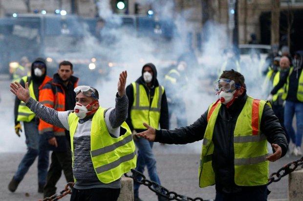 """Протести """"жовтих жилетів"""" у Франції: сутички з поліцією досягли апогею, камери переповнені"""
