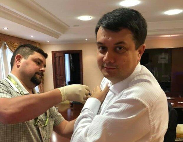 """Депутати з Разумковим зробили щеплення перед зустріччю із Зеленським: """"Радимо усім"""""""