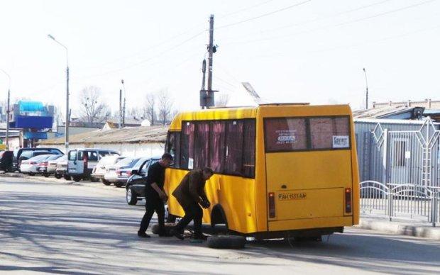 Вони ризикують ВАШИМ ЖИТТЯМ: київська маршрутка на ходу втратила колеса