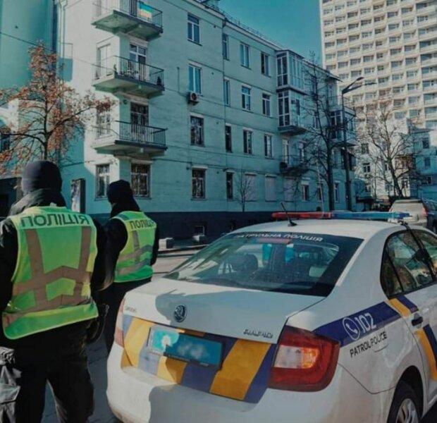 У Києві красуня в чорному обчистила Нову пошту, підфарбовуючи губки - відео